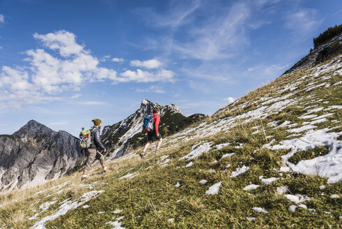 Austria, Tyrol, young couple hiking in the mountains - UUF12587