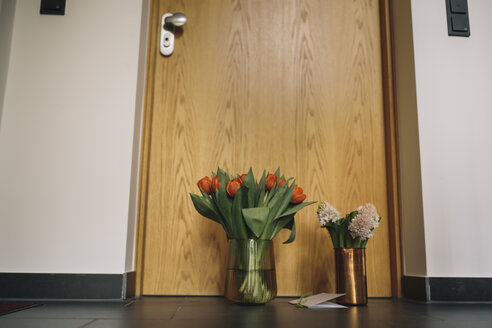 Farewell flowers, candle and condolende card at apartment door of deceased neighbour - MFF04383