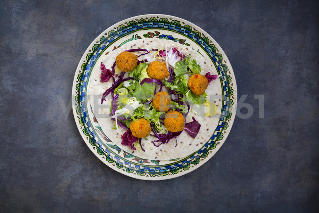 Falafel, wrap, salad, red and white cabbage, yogurt sauce with mint - LVF06652