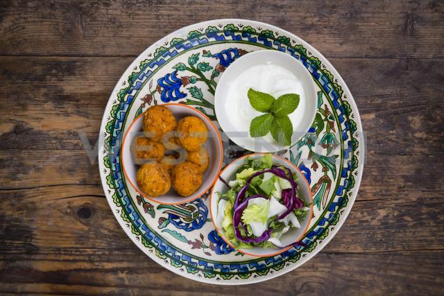 Falafel, salad, red and white cabbage, yogurt sauce with mint - LVF06655 - Larissa Veronesi/Westend61