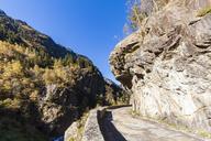 Switzerland, Bern, Bernese Oberland, Hasli Valley, mountain pass near Innertkirchen, overhanging rock - WDF04395