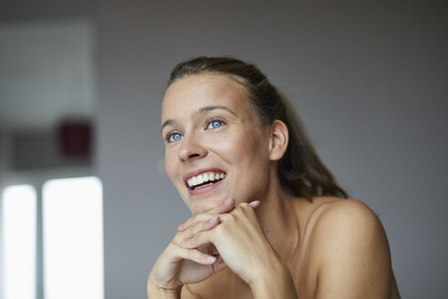 Portrait of laughing young woman - PNEF00402