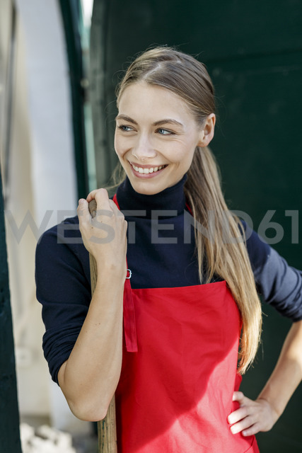 Portrait of smiling young wearing apron - PESF00893