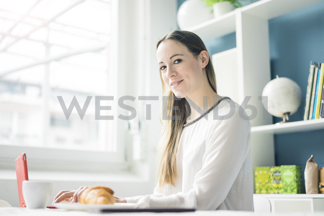 Portrait of smiling woman using notebook - MOEF00715