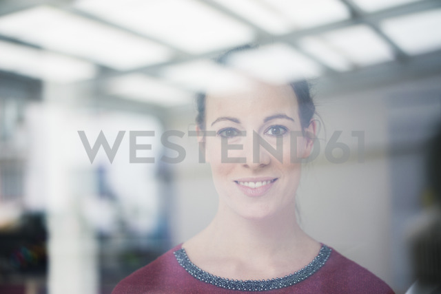 Portrait of smiling woman looking out of window - MOEF00730 - Robijn Page/Westend61