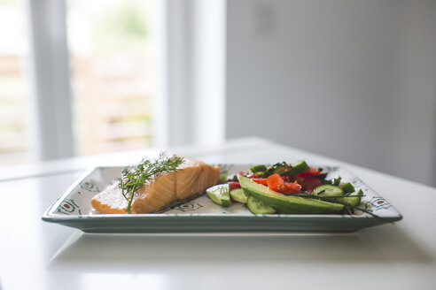 Plate with salmon fillet and vegetables - ASCF00809