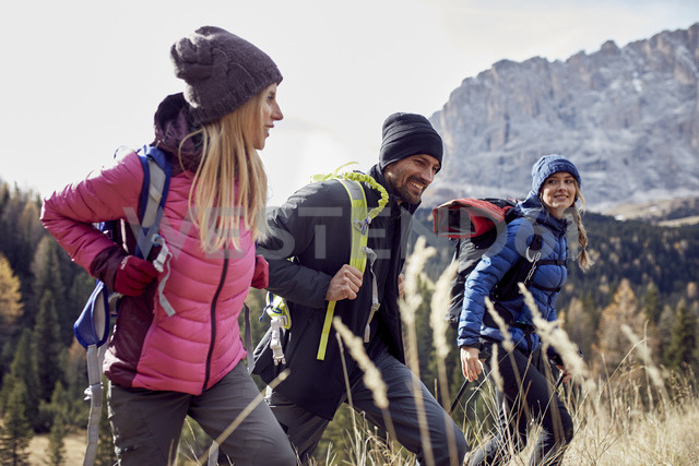 Smiling friends hiking in the mountains - PNEF00438 - Philipp Nemenz/Westend61