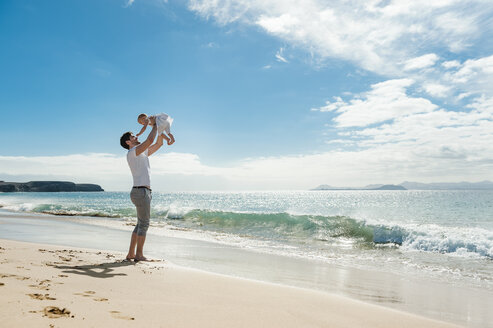 Spain, Lanzarote, father with his little daughter on the beach - DIGF03228