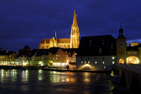Germany, Bavaria, Regensburg, Old town, Regensburg Cathedral and Danube river at night - LBF01767