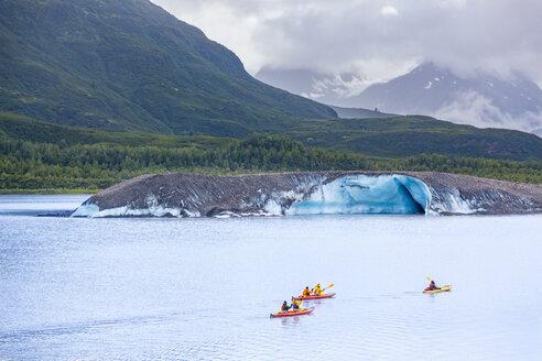 USA, Alaska, kajaks on Valdez Glacier Lake, Valdez Glacier - MMAF00262