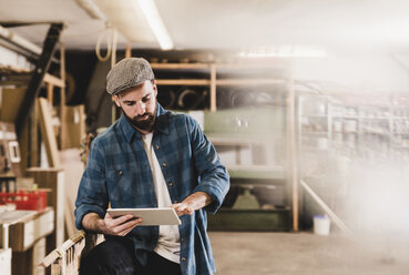Man using tablet in workshop - UUF12700