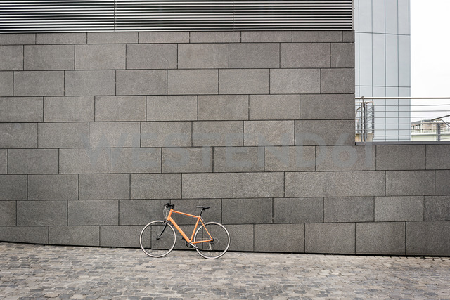 Bicycle at a wall in the city - PESF00990 - Peter Scholl/Westend61