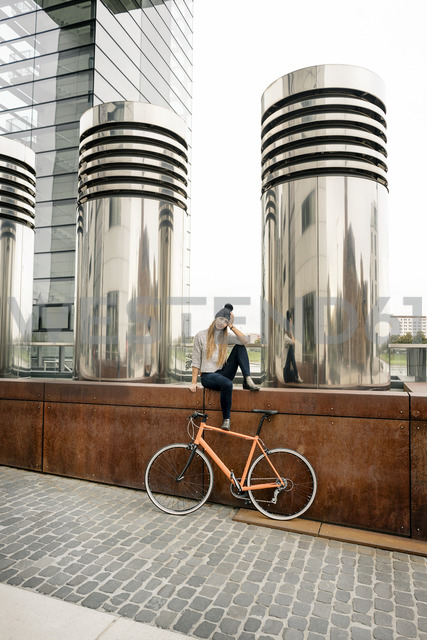 Young woman with bicycle having a break in the city - PESF00999 - Peter Scholl/Westend61