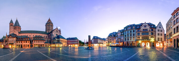 Germany, Rhineland-Palatinate, Mainz, Mainz Cathedral and Cathedral Square in the evening - PUF01310