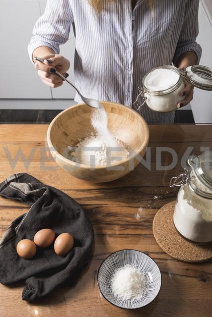 Woman preparing dough at home - MAUF01333 - Mauro Grigollo/Westend61