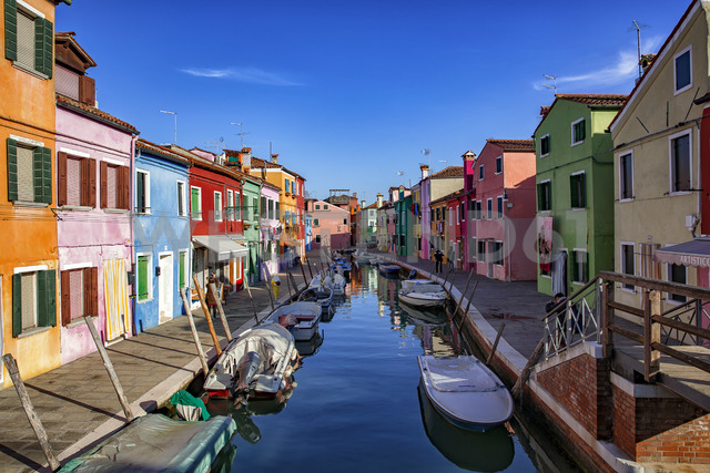 Italy, Veneto, Burano, canal with boats and colourful houses - YRF00197