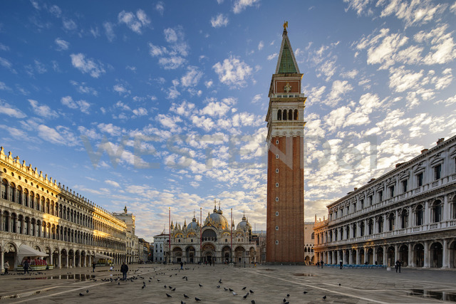 Italy, Veneto, Venice, St Mark's Square with St. Mark's Basilica and campanile, early morning - YRF00203