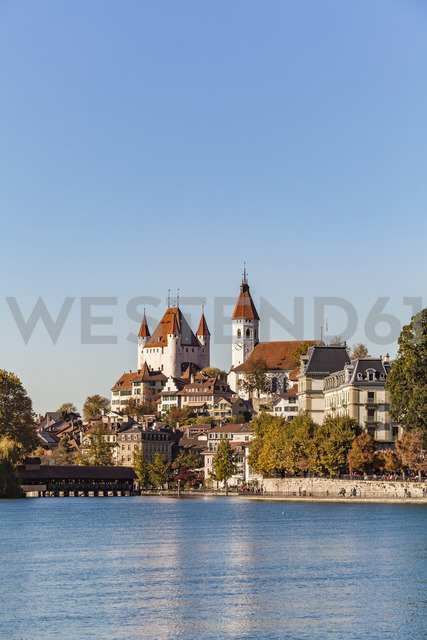 Switzerland, Canton of Bern, Thun, river Aare, old town with Aarequai, parish church and castle - WDF04429