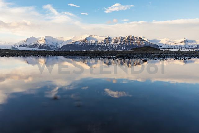 Iceland, Hof, Jokulsarlon lagoon with icebergs and mountains - WPEF00107