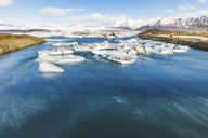 Iceland, Hof, Jokulsarlon lagoon with icebergs and mountains - WPEF00110