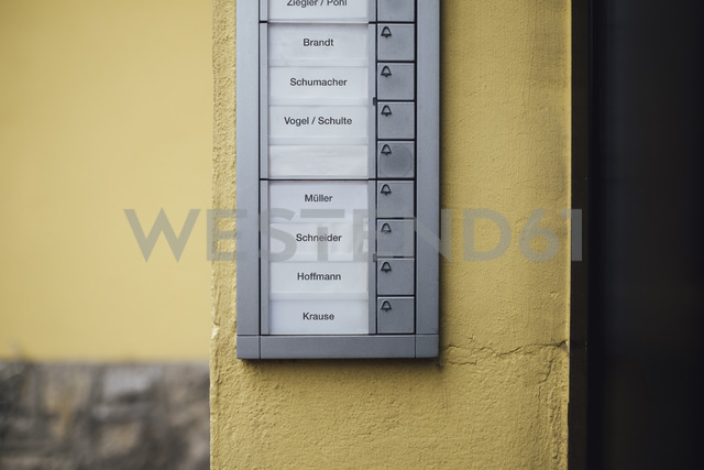 Germany, doorbell button panel with empty nameplate of deceased neighbour - JSCF00054 - Jonathan Schöps/Westend61