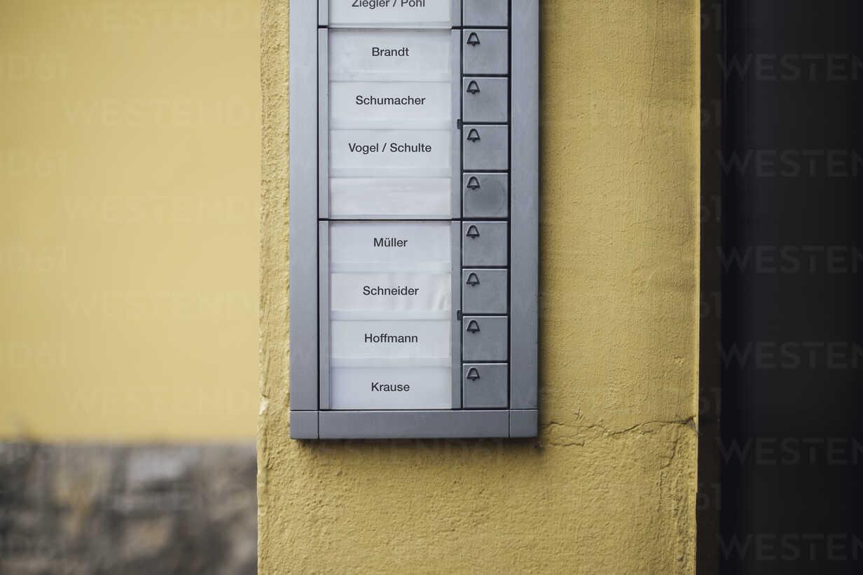 Germany, doorbell button panel with empty nameplate of deceased neighbour - JSCF00054 - Jonathan Schöps/Westend61