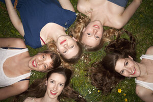 Five cheerful female friends lying in the grass, head and shoulders - FSIF00480
