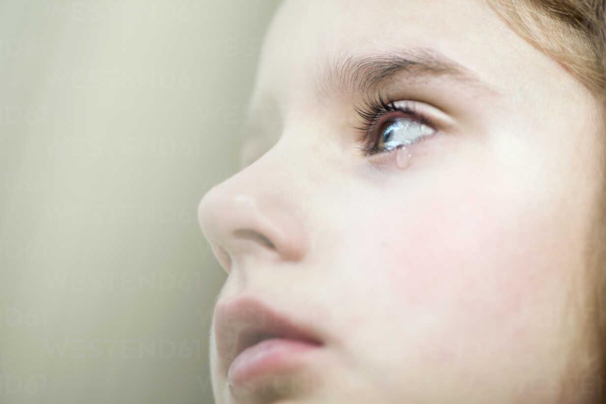 A girl shedding a tear - FSIF00612 - fStop/Westend61