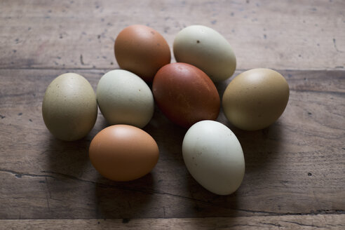 Eggs on wooden table, close-up - FSIF00780