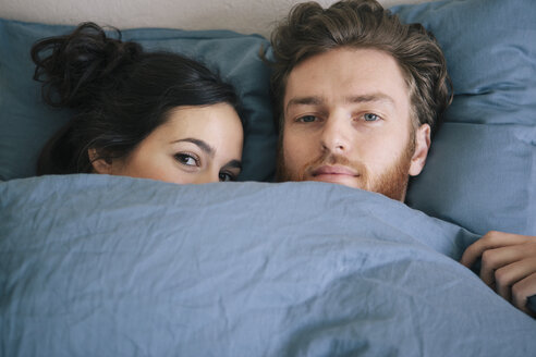 Portrait of loving young couple under duvet in bed - FSIF00843