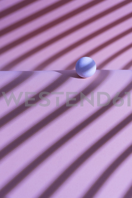White sphere over a geometric pink background, 3D Rendering - DRBF00048