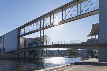 Germany, Berlin, Regierungsviertel, connecting bridge of Paul-Loebe-Building and Marie-Elisabeth-Lueders-Building above Spree river - GWF05440