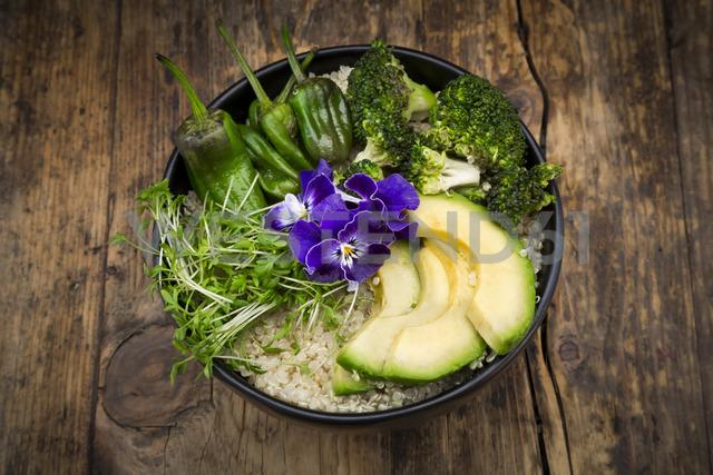 Detox bowl, quinoa, brokkoli, quinoa, avocado, pimientos de padron, cress and pansies - LVF06719