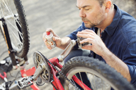 Man reparing bicycle - MAEF12532