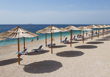Croatia, Dalmatia, Primosten, Adria, Beach with beach umbrellas - WWF04152