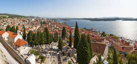 Croatia, Dalmatia, Sibenik, View from Fortress to old town - WWF04164