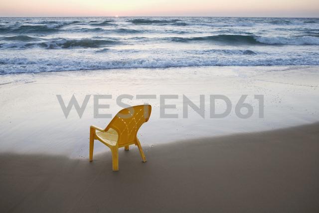 A plastic chair on the beach - FSIF02565 - fStop/Westend61