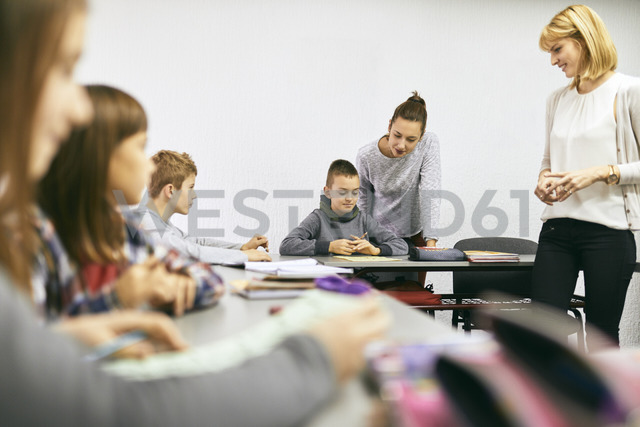 Teachers with students in class - ZEDF01187