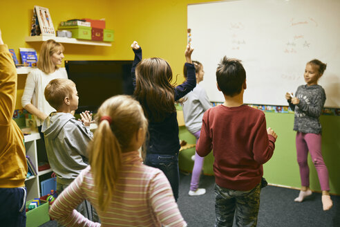 Teacher with students in relaxation room with whiteboard - ZEDF01223