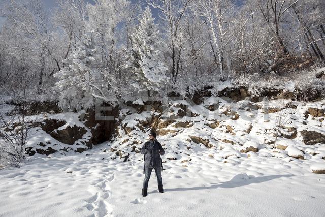 Russia, Amur Oblast, man enjoying  now-covered nature - VPIF00308 - Vasily Pindyurin/Westend61