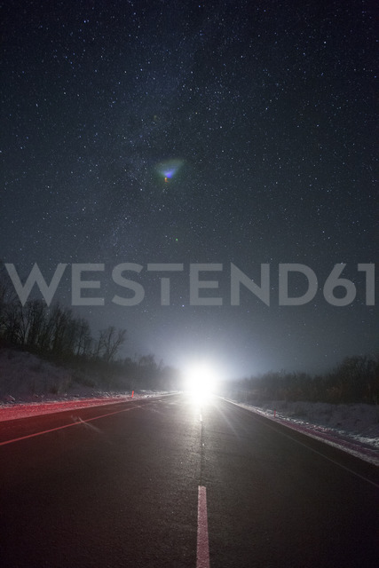 Russia, Amur Oblast, empty country road under starry sky in winter - VPIF00320 - Vasily Pindyurin/Westend61