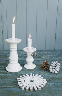 White table mat, made of clothespins, white candles, bells and fir cones - GISF00310