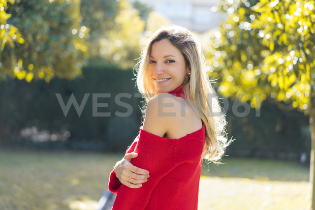 Portrait of smiling attractive young woman in a garden - AFVF00190