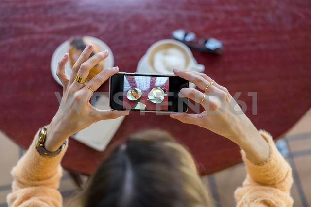 Overhead view of woman in a cafe taking cell phone picture - AFVF00249 - VITTA GALLERY/Westend61