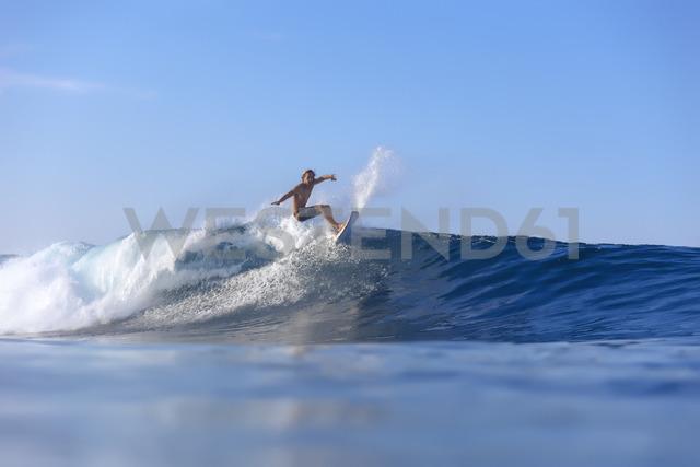 Indonesia, Sumatra, surfer on a wave - KNTF00981