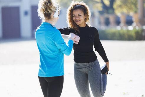 Two sportive young women preparing to run - JSRF00002
