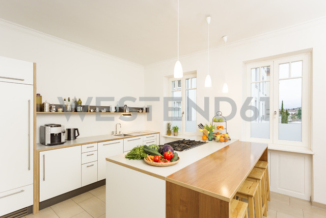 Empty kitchen with fresh vegetable and fruit on kitchen counter - JHAF00010