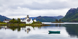 United Kingdom, Scotland, West Coast, Plockton, Loch Carron, residential houses and boat - WDF04465