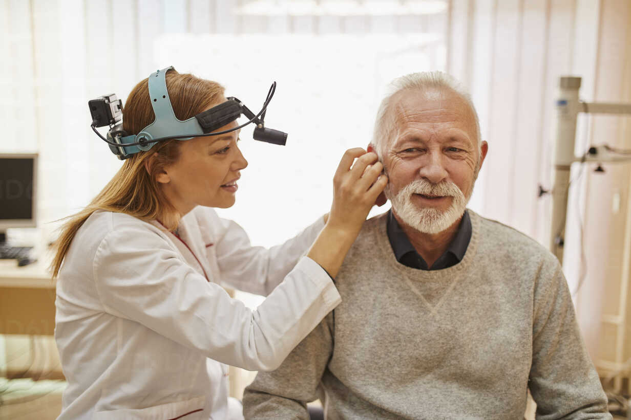 ENT physician examining ear of a senior man - ZEDF01231 - Zeljko Dangubic/Westend61