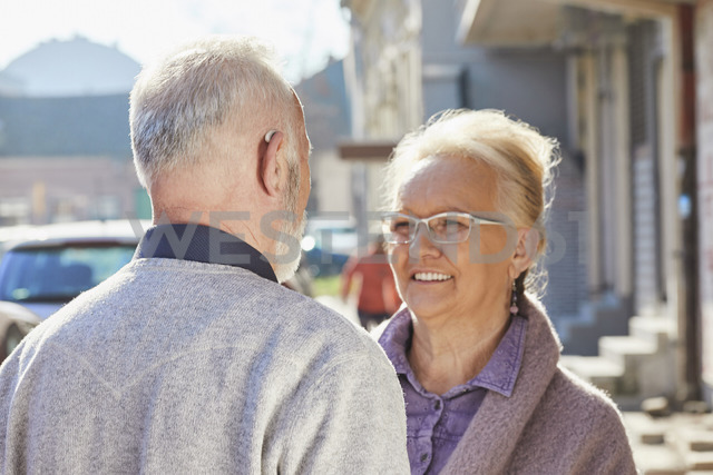 Close-up of senior man with hearing aid talking to senior woman - ZEDF01258 - Zeljko Dangubic/Westend61